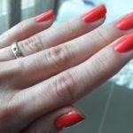 Roter Nagellack trocknen lassen